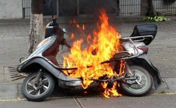 私拉电线充电烧了10辆电动车,外卖小哥被拘5日
